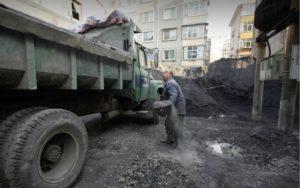 shovelling coal Linfen Shanxi 07
